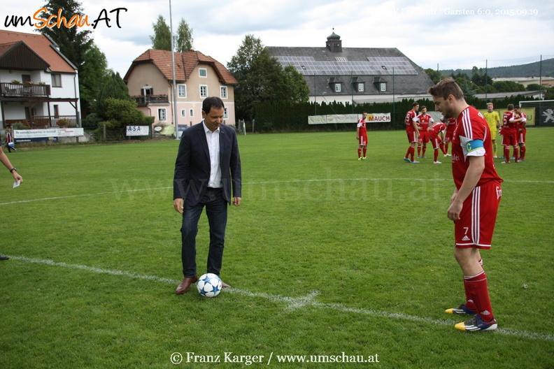 Foto Spielszene SV Freistadt : Garsten Bürgermeister Christian Jachs Kapitän Roman Lanzerstorfer Ehrenanstoß
