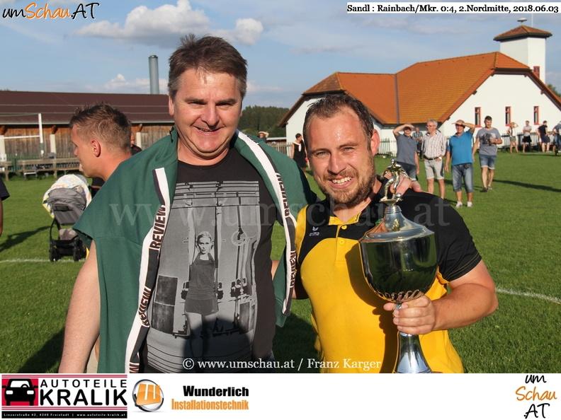 Foto SV Sandl Werner Siegl gratuliert Rainbachs Meistertrainer Andreas Kralik