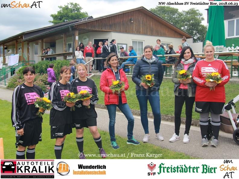 Foto SV Freistädter Bier Trainerfrauen mit Blumengruß